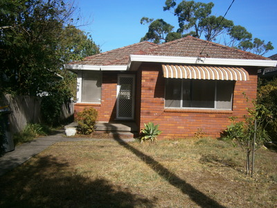 TWO BEDROOM HOUSE CLOSE TO BEACH & SHOPS!