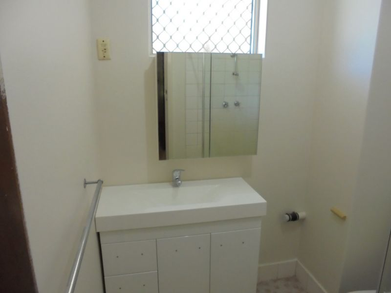 Cosy 2 Bed 1 Bath Ground Floor End Unit in small Complex
