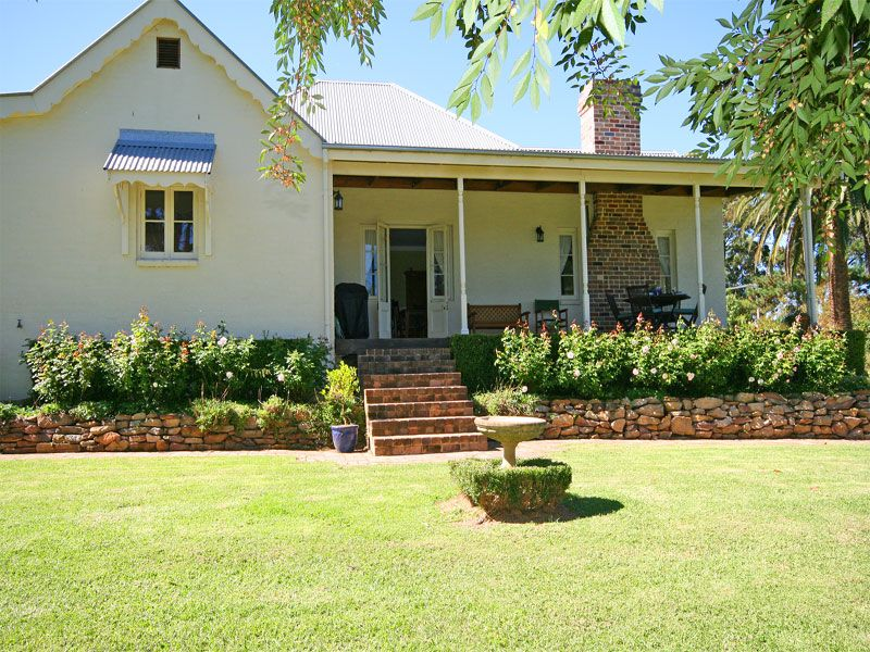 Picturesque boutique Southern Highlands type rural property sitting in its own private grounds of 1 acre of gorgeous established gardens.
