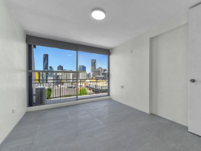 LARGER THAN AVERAGE FULLY RENOVATED ONE BEDROOM APARTMENT WITH PANORAMIC VIEWS! (Water Included) With ONE WEEKS FREE RENT**