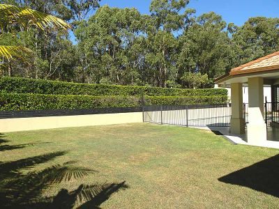SPACIOUS FAMILY HOME ON 919m2 BLOCK - ARUNDEL HILLS