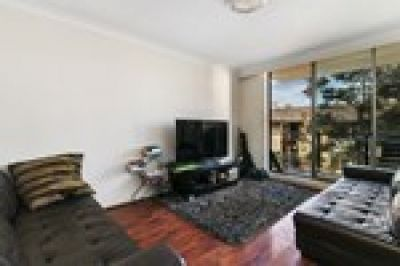 Light & Bright 2 Bed Apartment in Great Location!