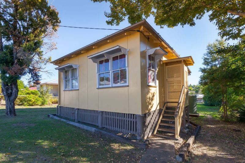 RENOVATED  3 BEDROOM COTTAGE SET IN THE SOUGHT AFTER LOCATION OF NEWTOWN