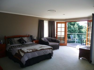 LARGE  FAMILY HOME - UPPER COOMERA