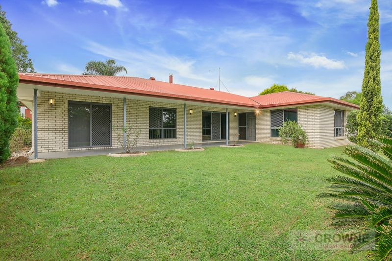 SPACIOUS LOW-SET STEEL FRAME /BRICK 5 BEDROOM FAMILY HOME IN SOUGHT AFTER WALLOON