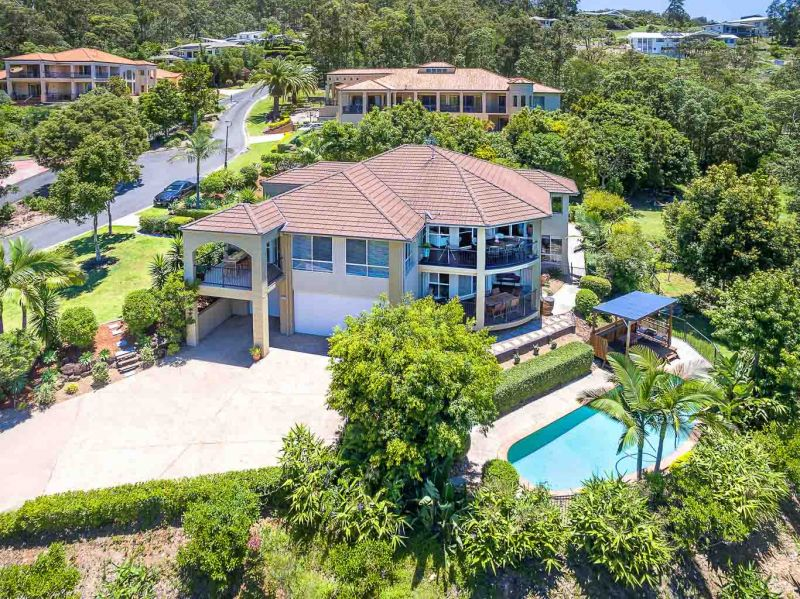 VIEWS + TRANQUIL SETTING + LARGE FAMILY HOME