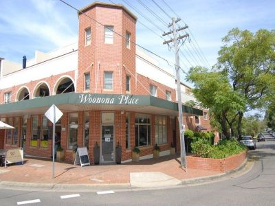 PRIME CORNER RETAIL LOCATION + 2 CAR SPACE (SUITS CAFE, MEDICAL /PHYSIO / CHIROPRACTOR / REAL ESTATE OFFICE & OTHER RETAIL USES)