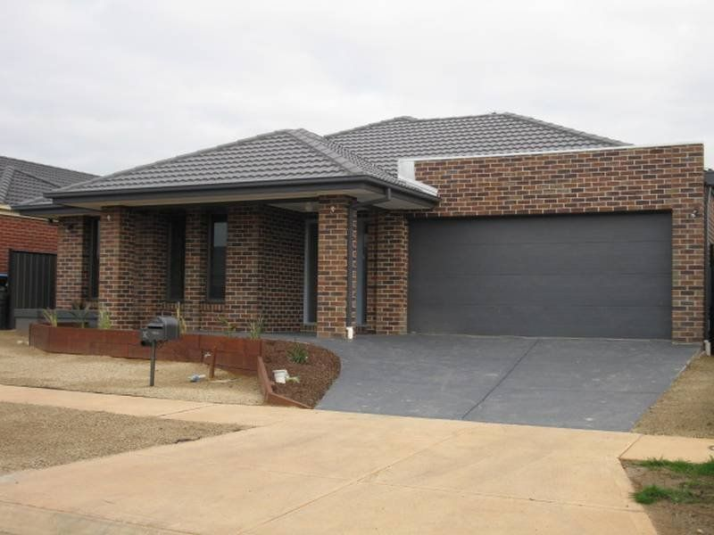 Charming and Spacious 3 Bedroom Home in Point Cook!