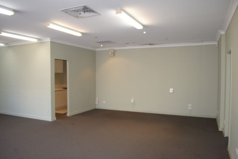 GROUND FLOOR OFFICE WITH PARKING 72M2*