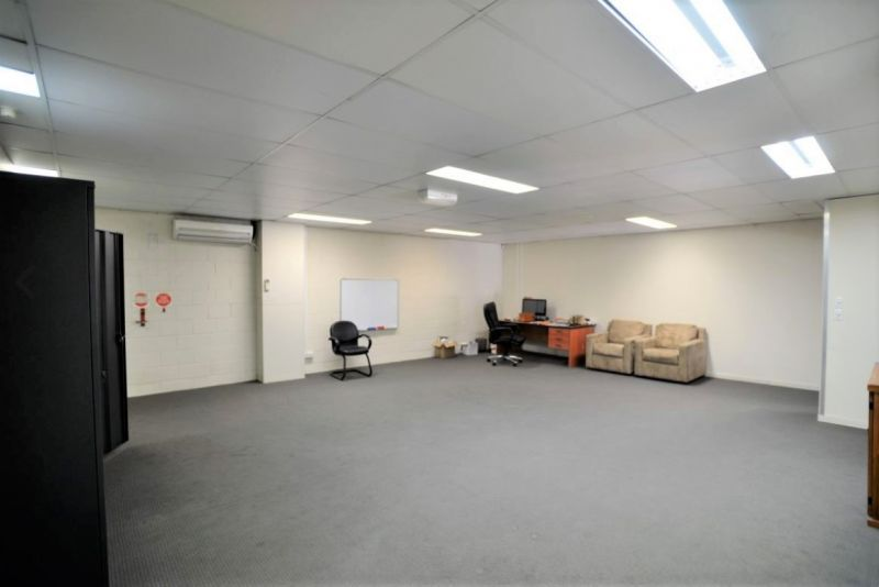 CORPORATE STYLE OFFICE/WAREHOUSE - 427 SQM*