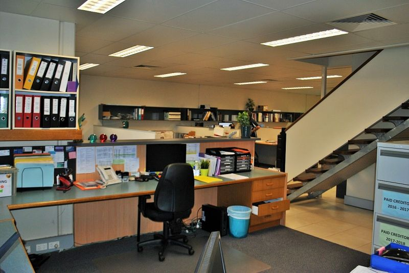 Professional Office with Warehouse 382m2*