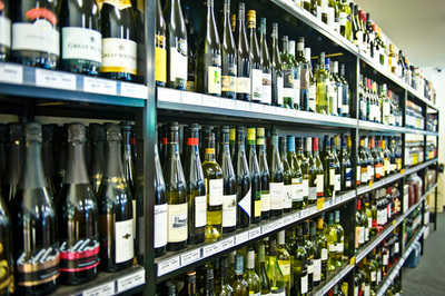 Large Bottle Shop in S.E Bayside (Low Rent!) - Ref: 13227
