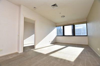 250E Apartments: Spacious Urban Comfort on the Top Floor - Separate Study Included!