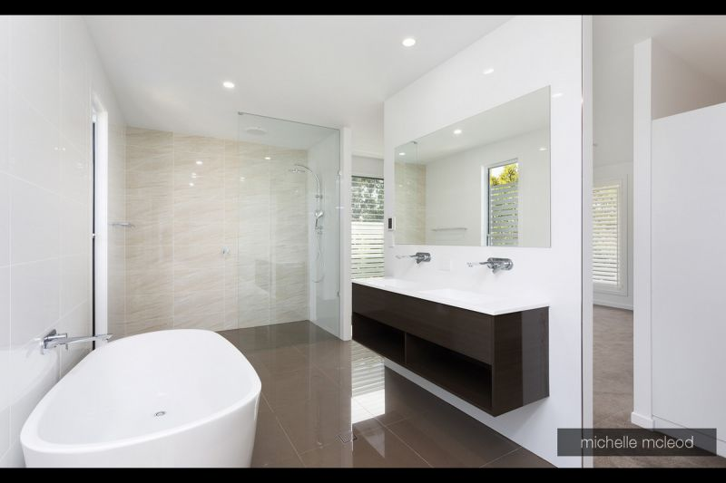 ULTRA MODERN 5 BED PROPERTY  - JUST 6KMS TO THE CBD