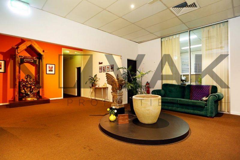 INDIVIDUAL CONSULTING ROOMS ABOVE SUCCESSFUL YOGA STUDIO