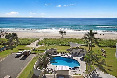 Newly renovated top floor apartment on absolute beachfront!