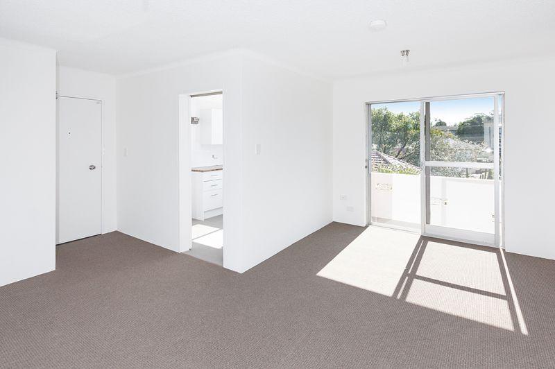 Convenient Spacious Apartment - Lock Up Garage & Balcony
