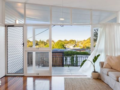 CHARMING CHIRN PARK COTTAGE - A MUST TO INSPECT