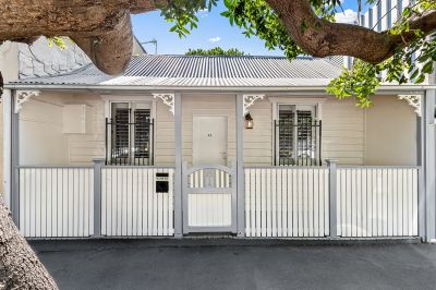 CHARMING COTTAGE IN THE HEART OF ERSKINEVILLE VILLAGE