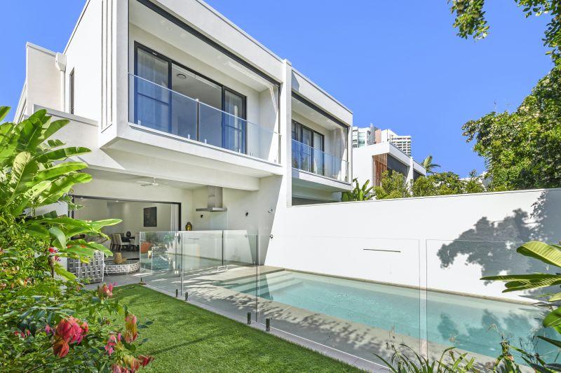 Modern Main Beach Villa, Moments from Tedder Avenue.
