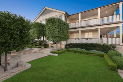 Clifton Gardens luxury with scenic harbour district views.