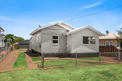 South Toowoomba Cottage With 6m x 6m Shed!