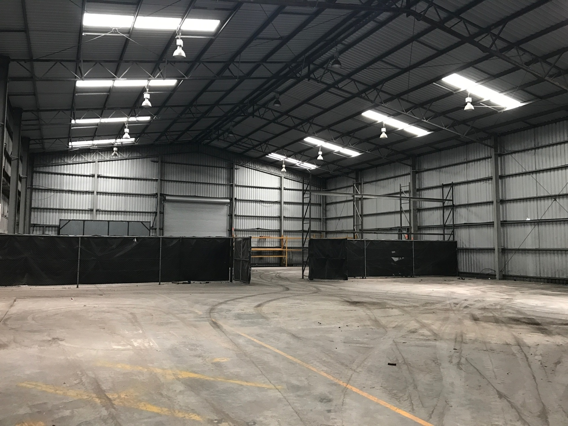BIG SHED WITH LARGE AMOUNTS OF HARDSTAND