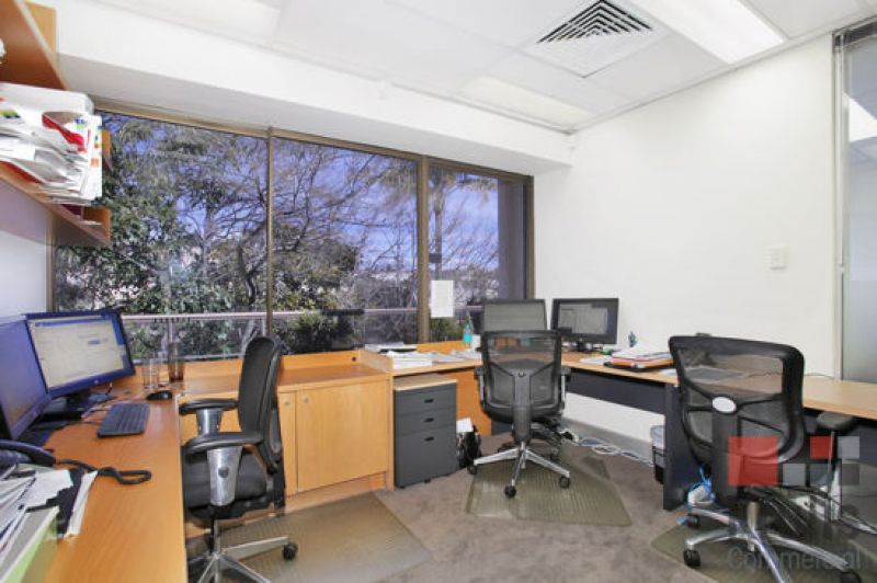 FULLY FITTED OFFICE WITH ABUNDANT NATURAL LIGHT AND PRIVATE TERRACE