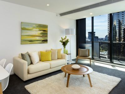 Southbank Grand: 2 Bedroom, 2 Bathroom with Carpark & Study Area!