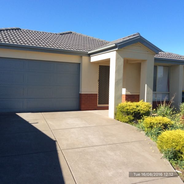 Spacious 3 Bedroom Family Home in Derrimut!