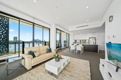 LUXURIOUS WATERFRONT EXECUTIVE RESIDENCE IN PRESTIGIOUS COMPLEX