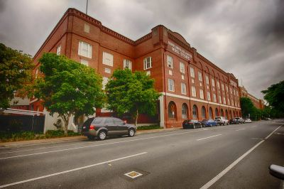 2 car parks, river views on the top floor of the classic 'Ansonia' Woolstore!
