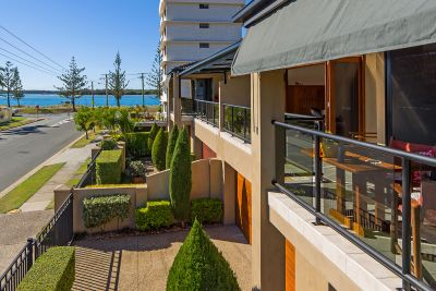 Absolutely Stunning View From this Modern, Three Bed + Study, Broadwater-Side Villa!