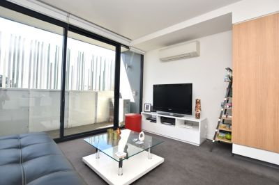 Spacious Apartment in an Unbeatable Location - with Whitegoods Included!