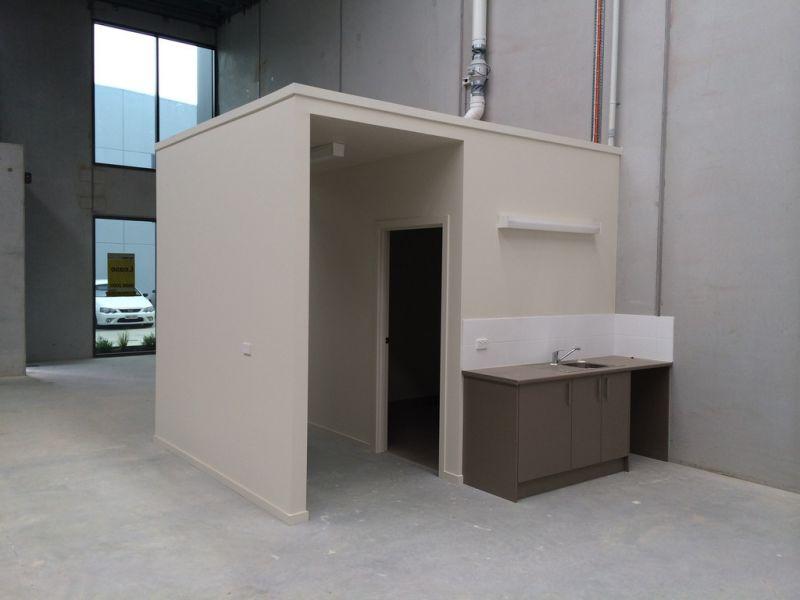 First class warehouse in Braeside – Like New