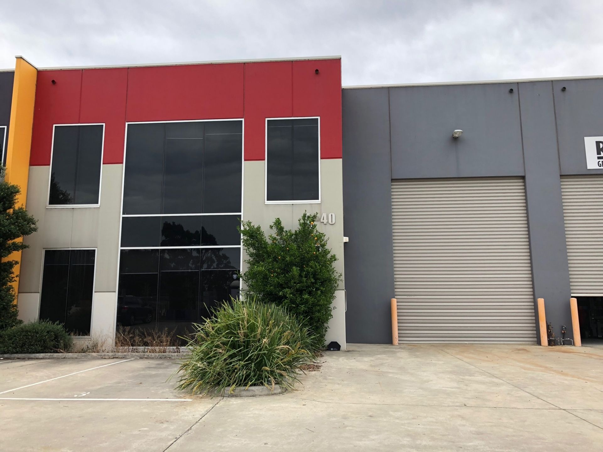 MODERN OFFICE / WAREHOUSE WITH SECURE REAR YARD