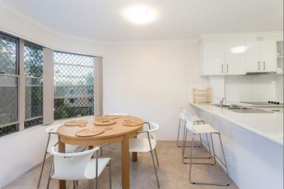 Large renovated apartment moments to the Broadwater