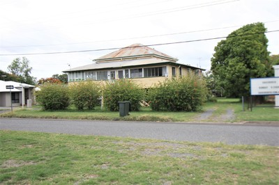 BARGAIN 2 BLOCKS LAND & INCOME $440-$480pw RENT HUGE QUEENSLANDER