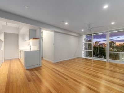 Stunning River Front Apartment - Minutes from Howard Smith Wharves Precinct!