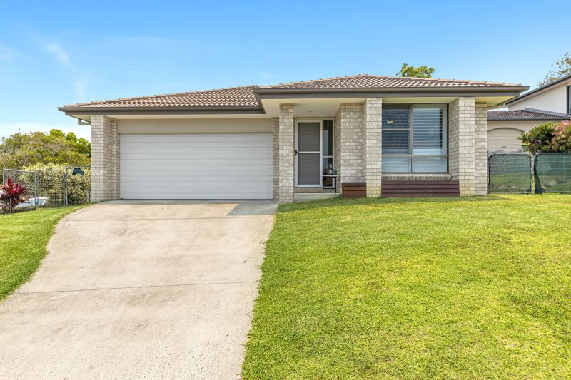 Modern Family Home - 1km to Shops
