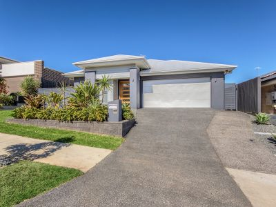 4 BEDROOMS, REAR YARD ACCESS + POOL – WHAT MORE COULD YOU WANT???
