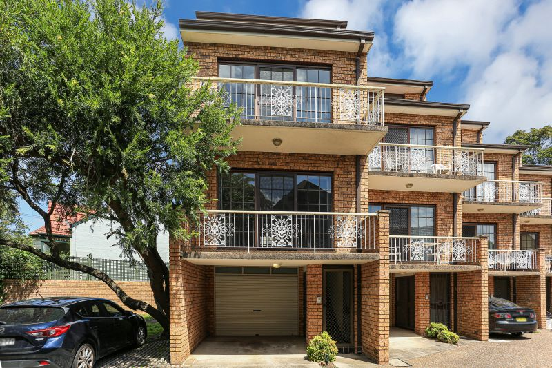 3 BEDROOM TOWNHOUSE WITH LOCK UP GARAGE