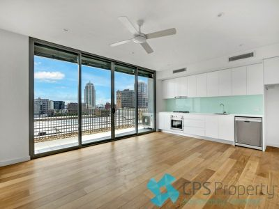 EXECUTIVE TOP FLOOR RESIDENCE ACROSS THE ROAD FROM CENTRAL STARTION, NEW LIGHT RAIL AND PRINCE ALFRED PARK/POOL