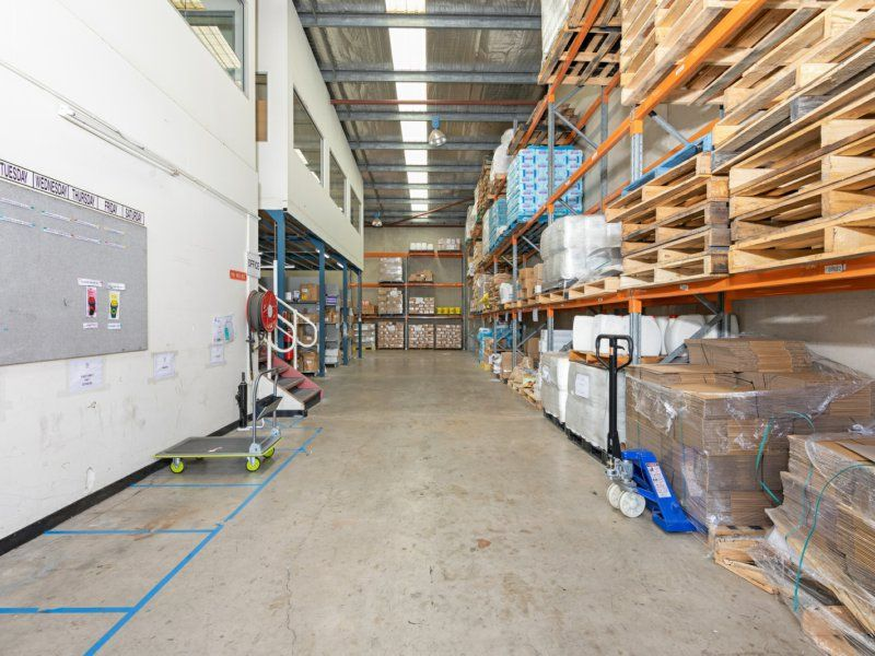 High clearance warehouse with fitted out office space