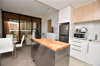 Prima Pearl: Fully Furnished One Bedroom Apartment in the Heart of Southbank!