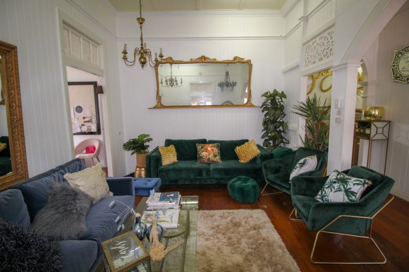 Charming Queenslander With Sheridan Street Visibility
