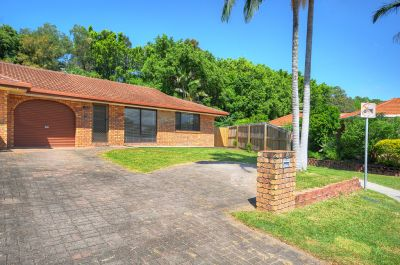 BURLEIGH  WATERS  DUPLEX  WITH  A  LARGE  YARD