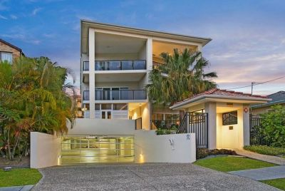 SECLUDED SANCTUARY RIGHT IN THE HUB OF BURLEIGH HEADS- BOUTIQUE STYLE COMPLEX OF ONLY 7 UNITS
