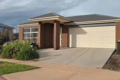 Innisfail Estate, 19 Ponsford Dr: Superb Stylish Living!