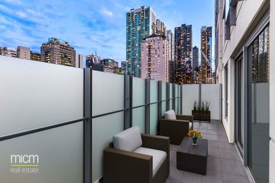 Light-Filled Luxury in City-Edge Oasis